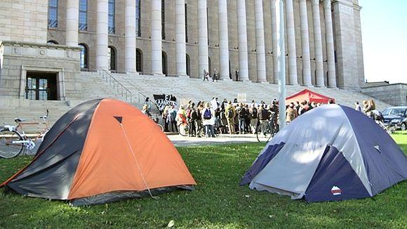 Mielenosoitus eduskuntatalon edustalle leiriytyneiden afganistanilaisten turvapaikanhakijoiden puolesta.