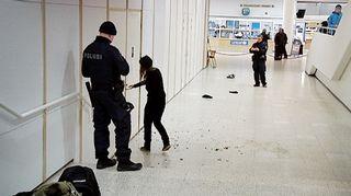 Poliiseja tapahtumapaikalla Jyväskylän kirjaston luentosalin ulkopuolella.