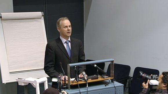 KRP:n apulaispäällikkö Tero Kurenmaa puhumassa lehdistötilaisuudessa.