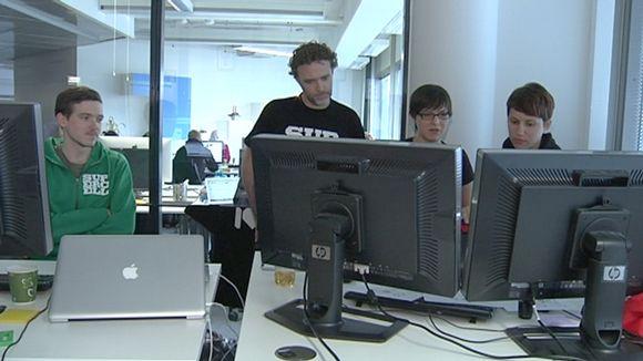 Supercell-peliyhtiön työntekijät tuijottavat tietokoneruutuja.