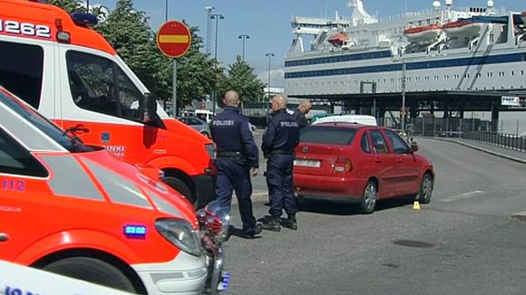 kaksi ambulanssia ja kaksi poliisia satamassa