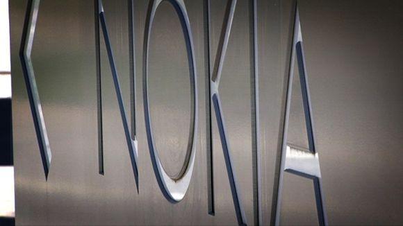 Lähikuva metallisesta Nokian kyltistä Espooni Keilaniemessä.