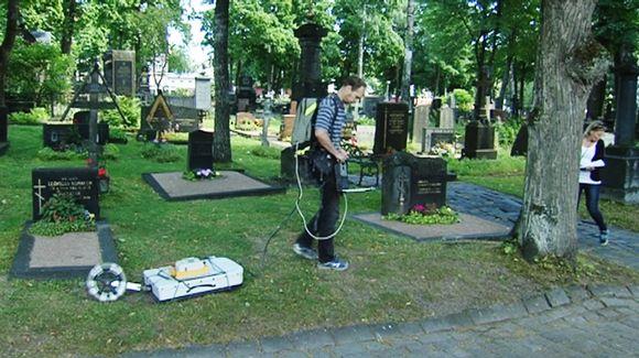 Ortodoksiselta hautausmaalta löydettyjä katakombeja tutkittiin maatutkan avulla Helsingissä 16. heinäkuuta.