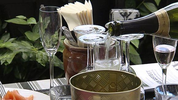 Видео: Kuohuviiniä kaadetaan lasiin ravintolan pöydässä.