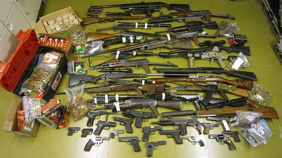 Poliisin Hämeenkoskella takavarikoimia aseita ja ammuksia.