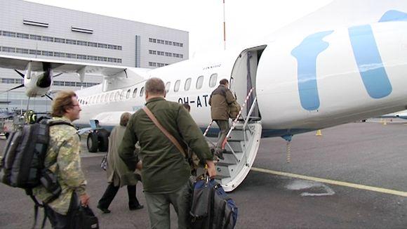Matkustajia nousemassa lentoyhtiö Flyben koneeseen.