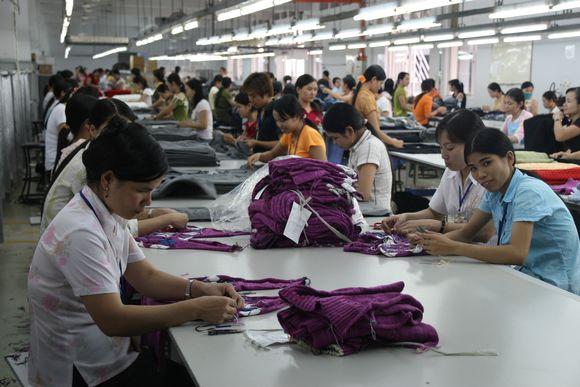 Vietnamilaisen vaatetehtaan ompelijoita.