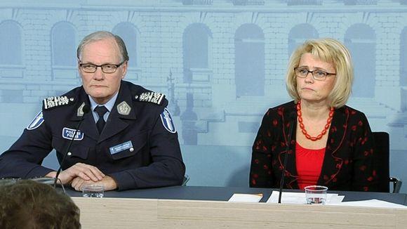 Poliisiylijohtaja Mikko Paatero ja sisäministeri Päivi Räsänen poliisin tietolähteiden käyttöä ja valvontaa koskevassa tiedotustilaisuudessa.
