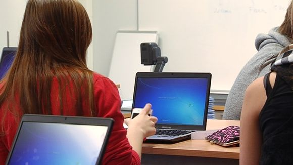 Lukiolaisia tunnilla käyttämässä tietokoneita.