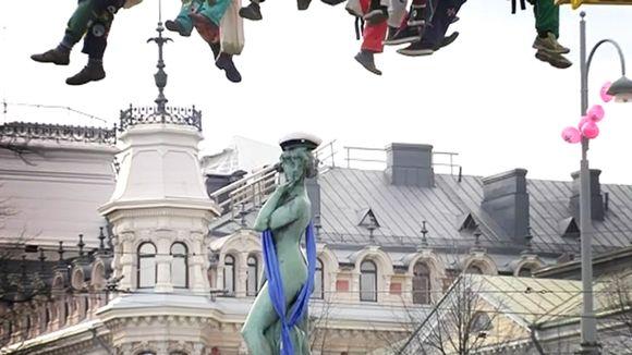 Видео: Havis Amanda-patsas lakitetaan Helsoingissä.