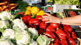 Vihanneksia torilla.