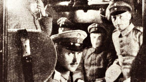 Suomalaisjääkäreitä matkalla Saksan itärintamalle.