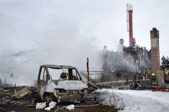 Kilpisjärven monitoimitalo, jossa toimi myös koulu, tuhoutui täysin tulipalossa Enontekiöllä, 3. toukokuuta 2015. Palo sai alkunsa rakennuksen viereen pysäköidystä asuntoautosta.