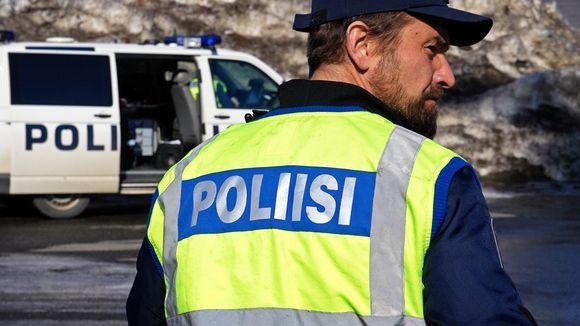 Poliisi ja poliisiauto.