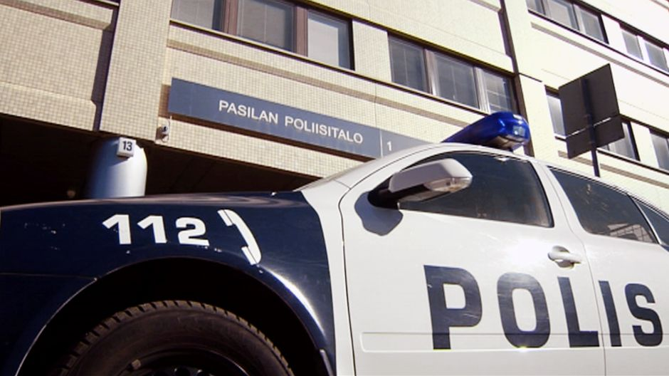 Poliisiauto Pasilan poliisitalon edustalla.