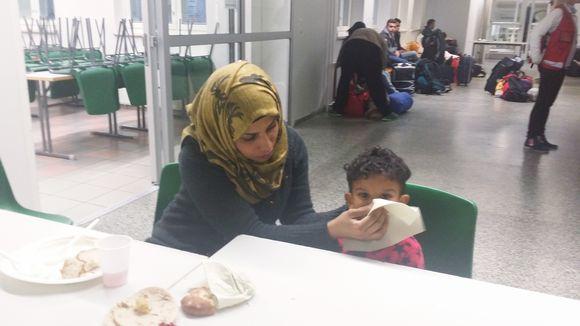 Pieni Saif Nasir Kamil Dijeili matkustaa äitinsä Ihab al-Brahirzin, veljensä ja isoisänsä kanssa. Isoäiti on jo Suomessa.