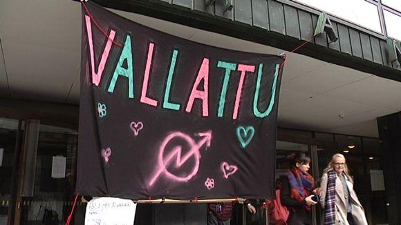 Vallattu-banneri roikkuu Helsingin yliopiston Porthania-rakennuksen edessä.
