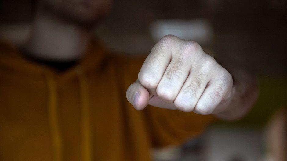 Видео: Miehen käsi nyrkissä.