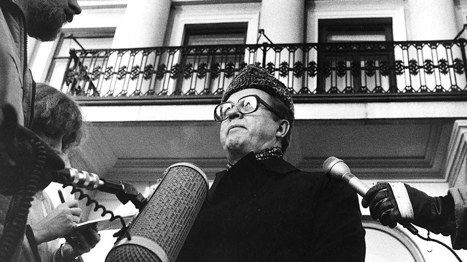 Pääministeri Kalevi Sorsa kertoi tiedotusvälineille presidentin kanssa käymäänsä keskustelua hallituskriisistä joulukuussa 1982.