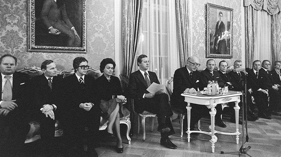 Martti Miettusen hallitus esittäyty tiedotustilaisuudessa Smolnassa 1975.