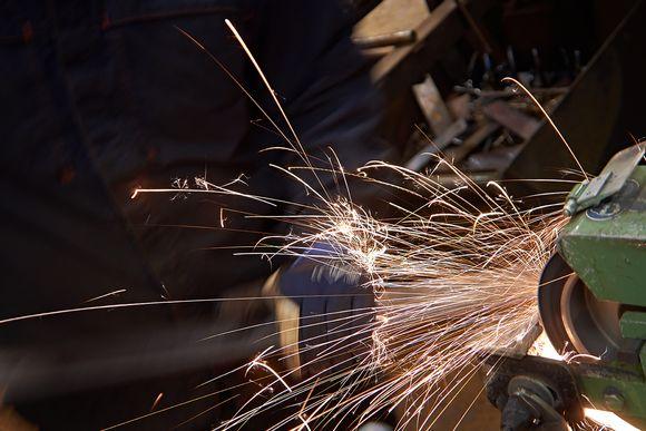 Metallin työstämistä.