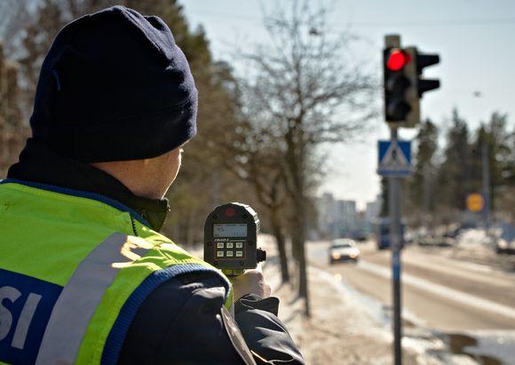 Poliisin nopeusvalvontaa.