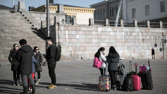Turisteja Helsingn Senaatintorilla.