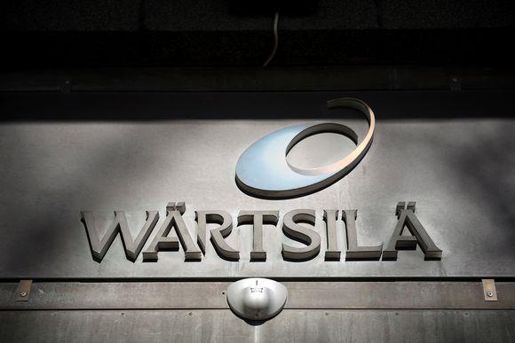 Wärtsilän logo talon seinässä Helsingin Hakanuiemessä.