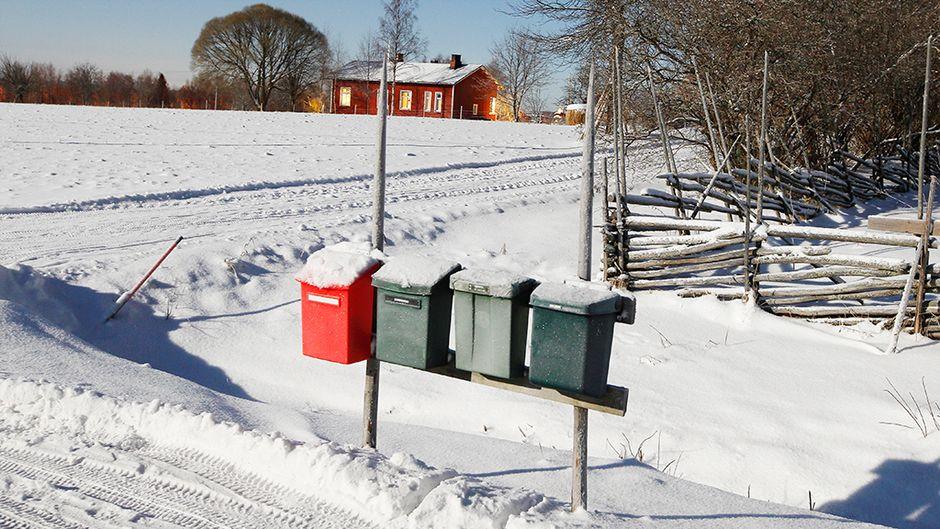Postilaatikoita tien sivussa.
