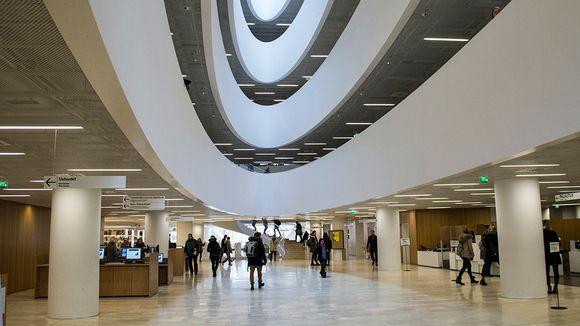 Kirjaston aula.