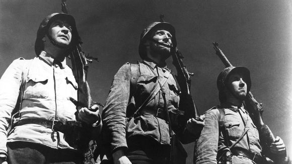 Pentti Siimes (korpraali Määttä), Åke Lindman (alikersantti Lehto) ja Kaarlo Halttunen (sotamies Oskari Rahikainen) elokuvassa Tuntematon sotilas.