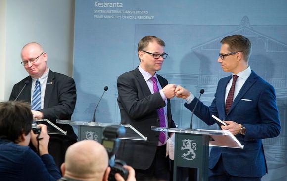 Kuvassa ministerit Juha Sipilä ja Alexander Stubb (oik) sekä Jari Lindström (ps.). Hallituksen neuvottelut yhteiskuntasopimuksesta.