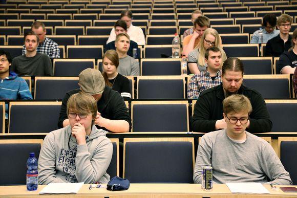 Opiskelijoita pääsykokeessa.