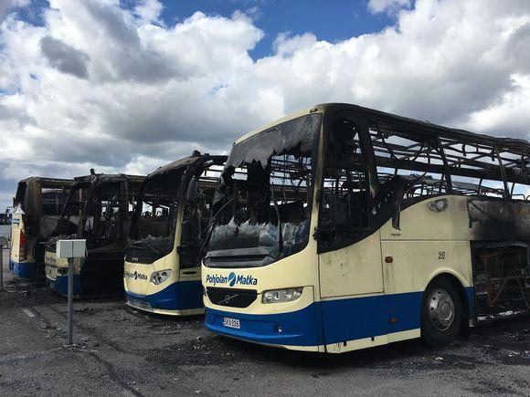 Palossa tuhoutuneita busseja Pohjolan Matkan varikolla