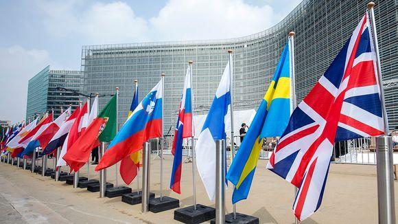 Lippuja EU rakennusten edessä.