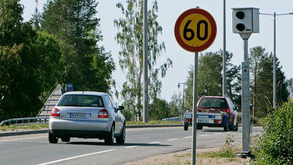 Nopeusvalvontakamera tienposkessa.