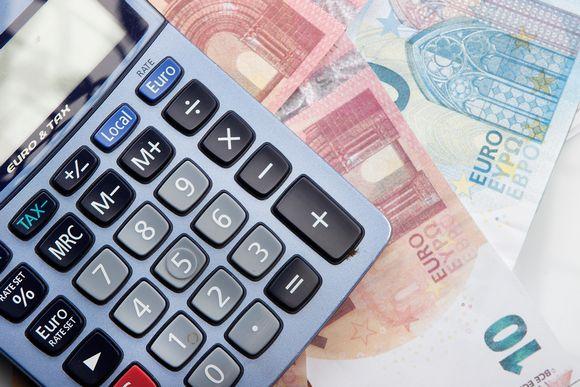 Taskulaskin ja euroja.