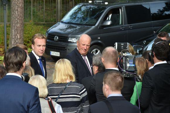 Norjan kuningas Harald V (oik.) ja ulkoministeri Børge Brende (vas.) tapasivat toimittajia Helsingissä 6. syyskuuta 2016.