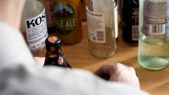 Mies ja täysi olutpullo.