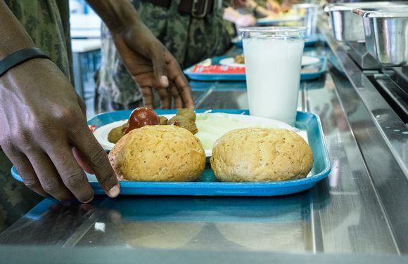 Sotilaita ruokajonossa armeijassa.