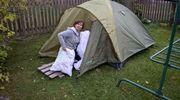 nainen vie tyynyjä telttaan
