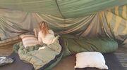 tyttö teltassa