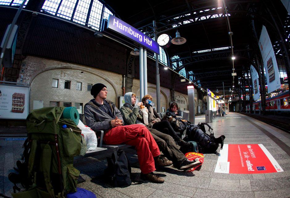 Reppureissaajia Hampurin päärautatieasemalla heinäkuussa 2007.