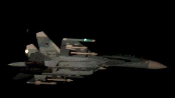Ilmavoimat julkaisi Twitterissä kuvan ilmatilaa loukanneeksi epäillystä SU-27-hävittäjästä.