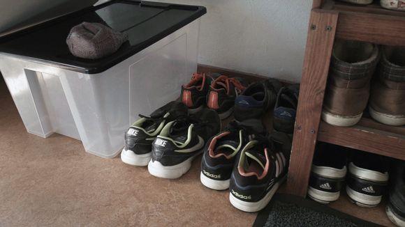 Kenkiä kenkähyllyssä.
