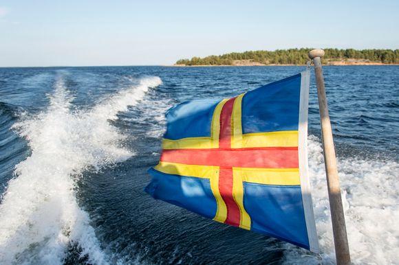 Ahvenanmaan lippu ja merta.