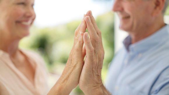 Mies ja nainen kädet vastakkain.