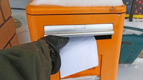 Kirje postin keräyslaatikkoon.