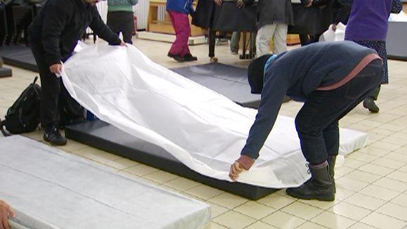Kodittomat valmistautuvat yön viettoon Helsingin Hermannin hätämajoituksessa.