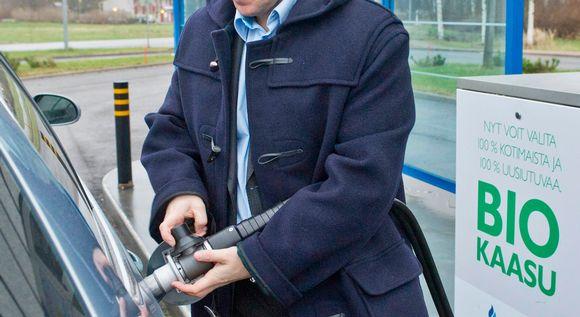 Mies tankkaa biokaasua